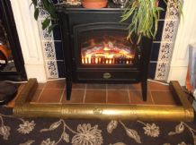 VINTAGE EXTENDABLE FIRE KERB WITH GALLEON CENTRE HAMMERED BRASS VENEER